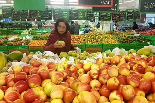 Người tiêu dùng chọn mua hoa quả tại một siêu thị ở Hà Nội. Ảnh: HT