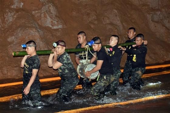 Đội cứu hộ bắt đầu đưa các thiết bị hỗ trợ tìm kiếm, cứu hộ vào trong hang. (Ảnh: EPA)