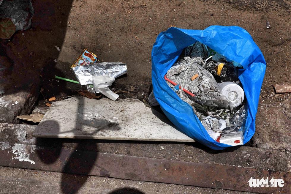 Tại TP.HCM, miệng cống là bãi rác - Ảnh 17.