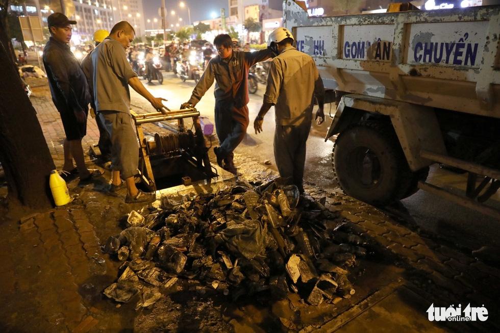 Tại TP.HCM, miệng cống là bãi rác - Ảnh 19.