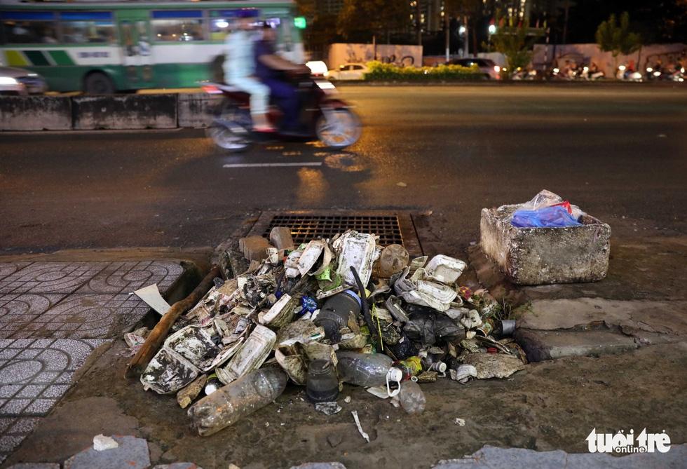 Tại TP.HCM, miệng cống là bãi rác - Ảnh 20.