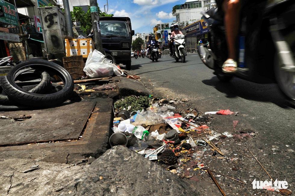 Tại TP.HCM, miệng cống là bãi rác - Ảnh 4.