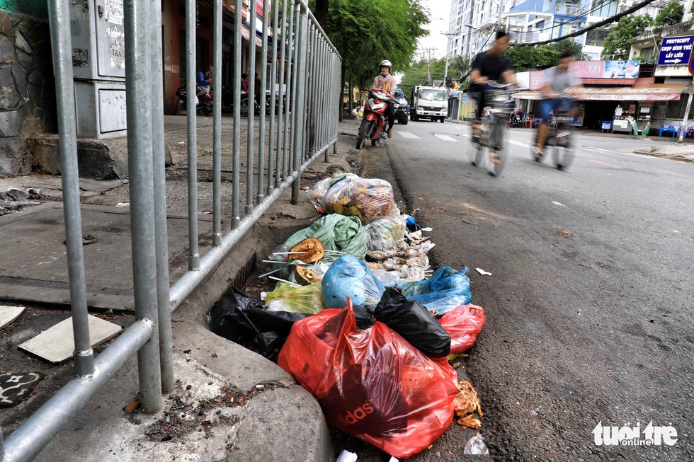 Tại TP.HCM, miệng cống là bãi rác - Ảnh 7.