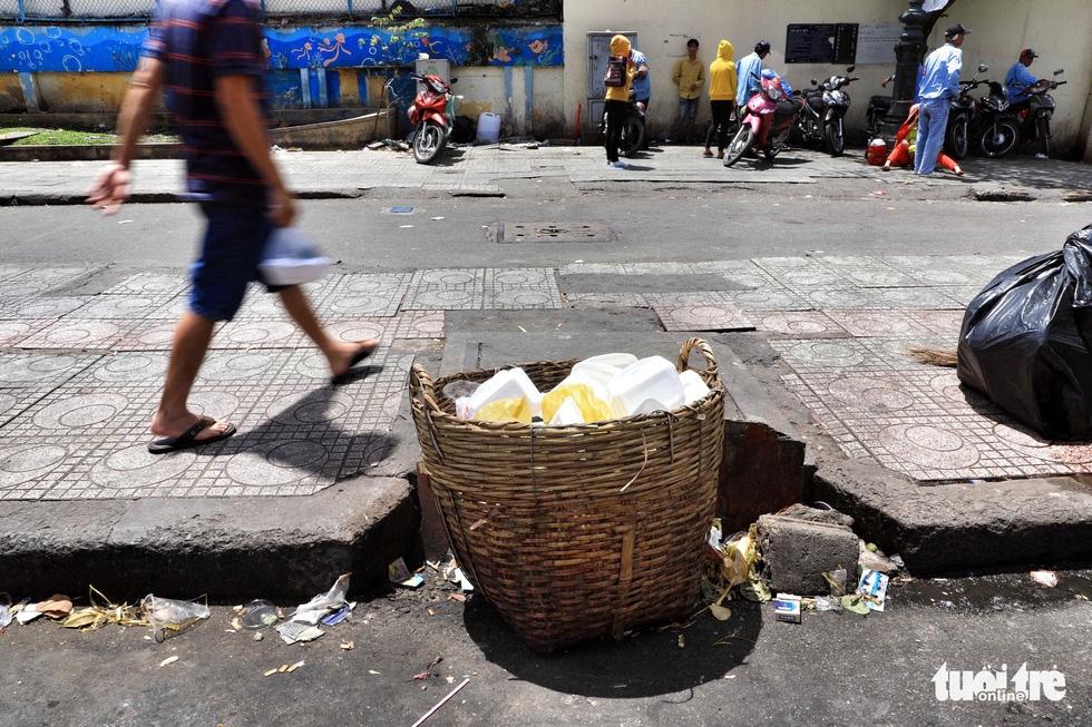 Tại TP.HCM, miệng cống là bãi rác - Ảnh 8.