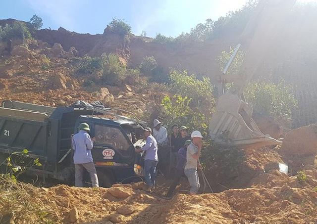 Lực lượng chức năng giải cứu tài xế mắc kẹt trong vụ tai nạn.