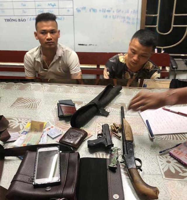 Bắt giữ hai thanh niên mang súng nghi đi đòi nợ mùa World Cup - Ảnh 1.