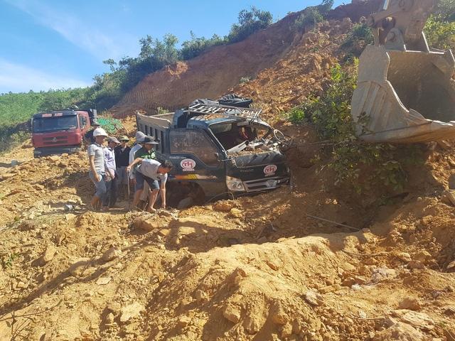 Sập mỏ đất, 2 xe ben và tài xế bị vùi lấp - Ảnh 1.