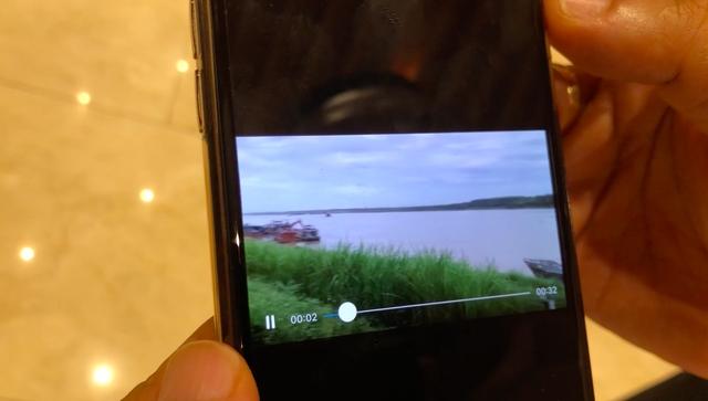 Hình cảnh tàu múc cát lậu ngang nhiên hoạt động trước mũi tàu cảnh sát đường thủy (ảnh từ clip)