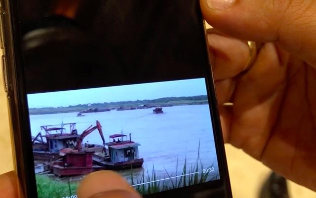 Hình cảnh tàu cát tặc hoạt động nhộn nhịp trên sông Hồng được Chủ tịch huyện Phú Thọ báo cáo Chủ tịch UBND TP Hà Nội tại kỳ họp HĐND