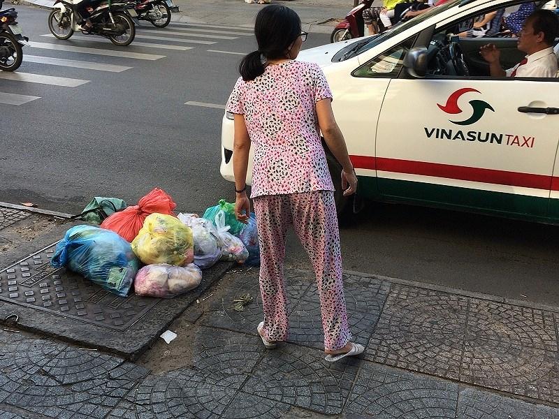 Nhức nhối nhiều miệng hố ga trở thành túi rác - ảnh 3