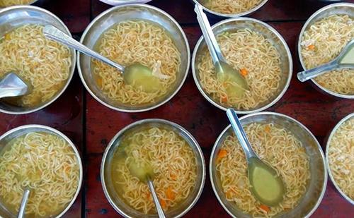 Bữa ăn sáng của trẻ ở trường mẫu giáo Đông Thạnh bị giáo viên và phụ huynh phản ánh. Ảnh: Châu Thành