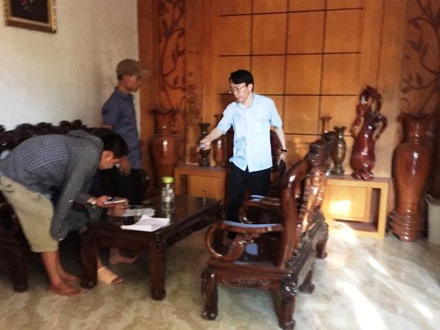 Ông Trần Văn Long (người mặc áo sáng màu) - Chủ tịch HĐQT kiêm Giám đốc công ty cổ phần 482 bị công nhân bao vây đòi lương...