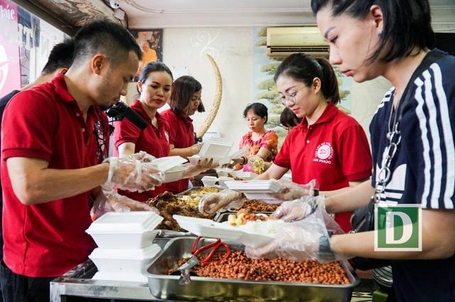Quán cơm 2.000 đồng mới hoạt động trên đường Giải Phóng (Đống Đa, Hà Nội) do một câu lạc bộ thiện nguyện tổ chức. Các thành viên của câu lạc bộ này cũng là những người phục vụ tại quán.