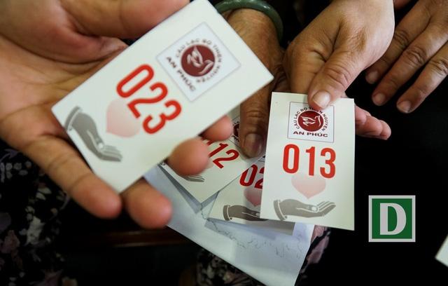 Mỗi người khi vào quán cơm sẽ được các tình nguyện viên phát phiếu mua cơm, cũng là số thứ tự xếp hàng.