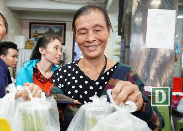 Vẻ mặt vui vẻ của một người mua được cơm tại quán.