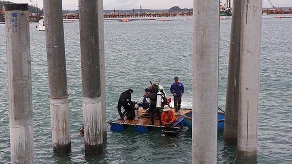 Các thợ lặn được trang bị phương tiện và thiết bị để tiến hành khai quật tàu đắm.