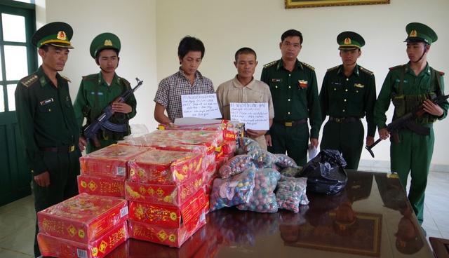 Bộ đội biên phòng bắt giữ hai đối tượng vận chuyển pháo về Việt Nam (ảnh: Văn Hoàn-BĐBP Đắk Nông)