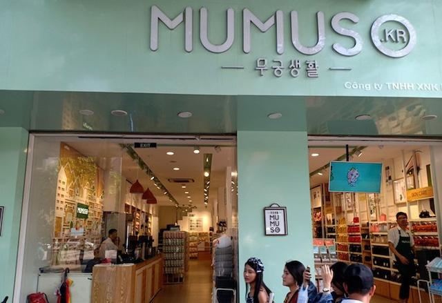 99,3% loại hàng hóa tại Mumuso Việt Nam được nhập khẩu từ Trung Quốc.