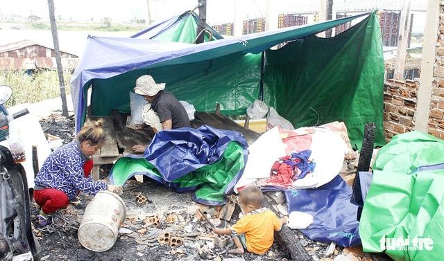 Xóm người Việt vốn nghèo nay lâm cảnh trắng tay - Ảnh 2.