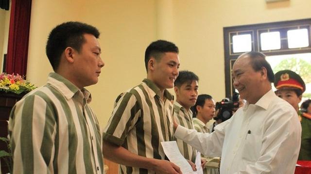 Thủ tướng Nguyễn Xuân Phúc trong một lần trao quyết định tha tù trước thời hạn cho nhiều phạm nhân