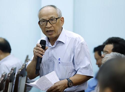 Hội viên Đặng Vân đặt câu hỏi với Bí thư Thành uỷ Đà Nẵng. Ảnh: Nguyễn Đông.
