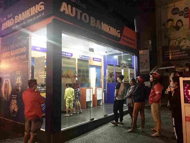 """Vị khách hàng bị """"mất"""" 116 triệu đồng trong tài khoản ATM đang như """"ngồi trên đống lửa"""" do khó khăn về tài chính."""