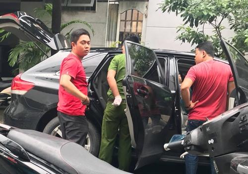 Cảnh sát khám nghiệm chiếc xe khi tìm thấy. Ảnh: Chí Tín