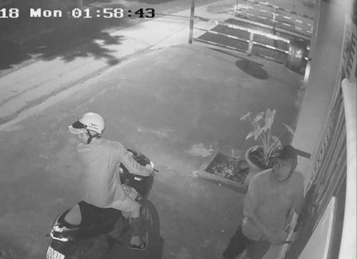 Camera ghi cảnh hai thanh niên trộm xe. Ảnh: Cắt từ clip