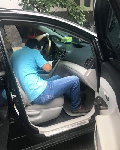 Cảnh sát khám nghiệm xe. Ảnh: Chí Tín