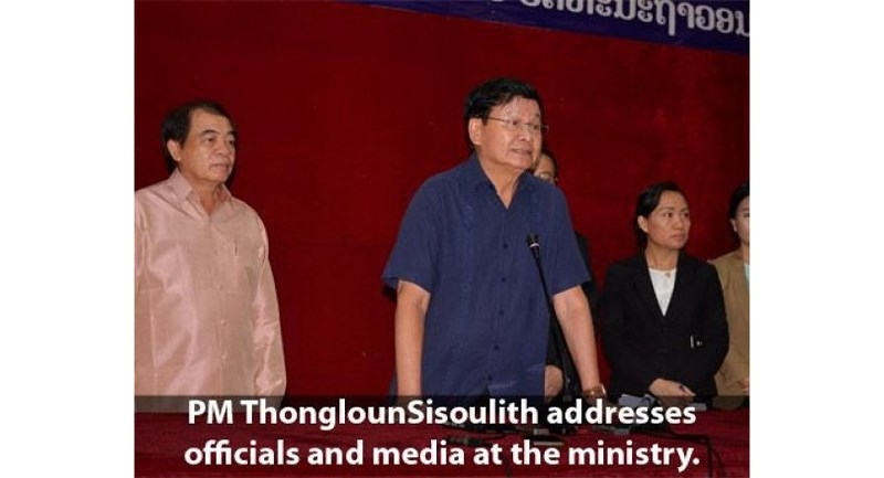 Thủ tướng Lào Thongloun (áo xanh) họp báo ngày 29-7. Ảnh: THE NATION