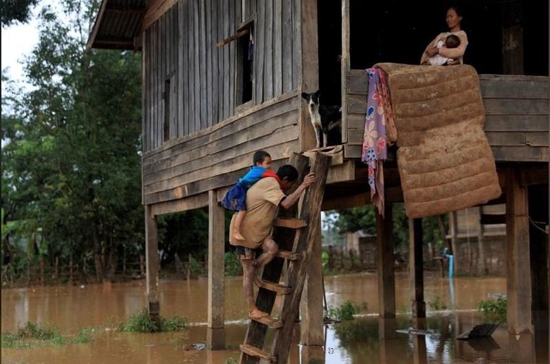 Người dân dần quay lại nhà khi nước bắt đầu rút. Ảnh: REUTERS