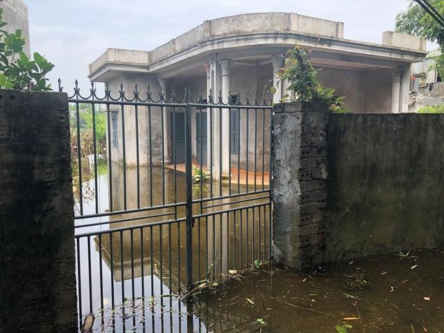 Nước một số nơi đã rút, nhưng nhiều nhà vẫn đóng kín cửa đi tránh lũ