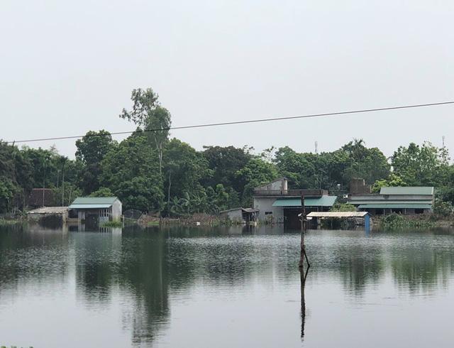 Nhiều nhà dân vẫn bị cô lập vì nước lên quá cao