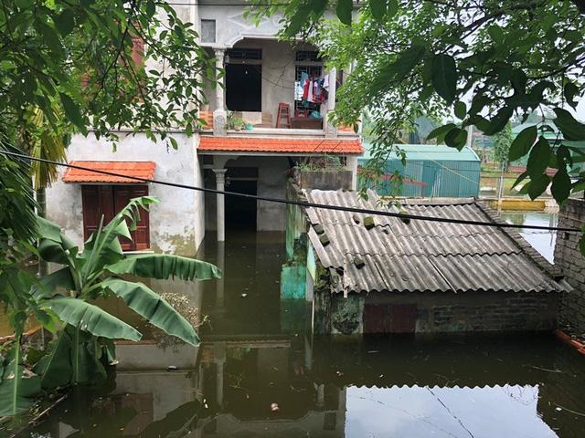 Nhiều hộ gia đình bị ngập tầng 1, ngập mấp mé nhà vẫn chọn giải pháp kê cao đồ đạc