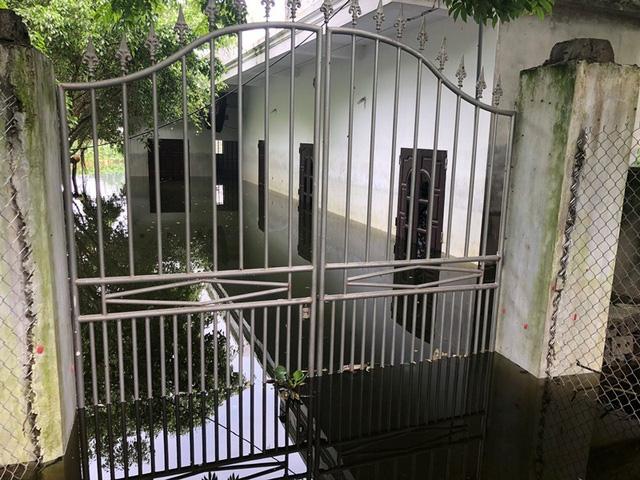 Nhà một hộ dân nước vẫn ngập đến nửa nhà phải di chuyển đi nơi khác tránh lũ
