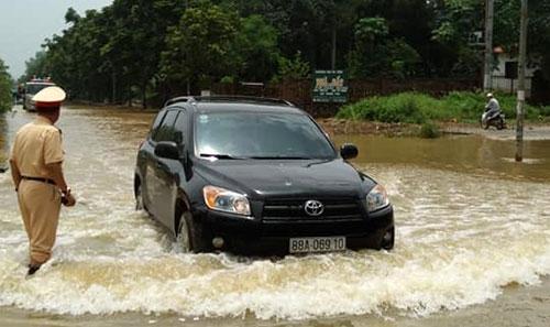 Nhiều đoạn đường Đại Lộ Thăng Long thuộc các huyện Thạch Thất, Quốc Oai vẫn trong tình trạng ngập sâu vào sáng nay.