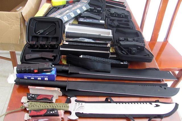 Số vũ khí thô sơ, ông cụ hỗ trợ giao nộp cho cơ quan chức năng