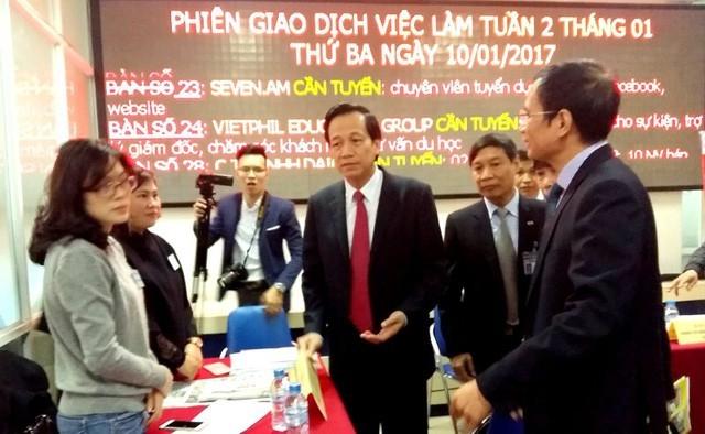 Bộ trưởng Bộ LĐ-TB&XH Đào Ngọc Dung tới dự Phiên Giao dịch việc làm tại Hà Nội.