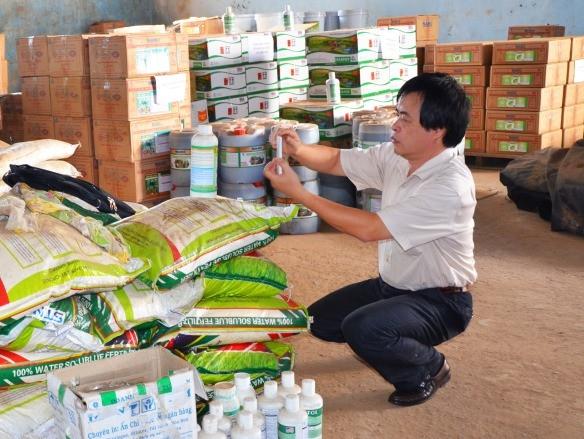 Lấy mẫu kiểm định sản phẩm phân bón của Công ty Thuận Phong