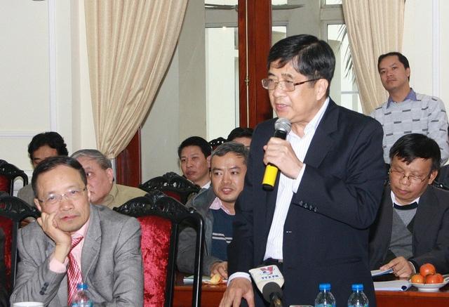Giáo sư Nguyễn Lộc, chủ biên chương trình môn Ngoại ngữ thông tin về đường hướng của môn Tiếng Anh trong chương trình mới (Ảnh: Bá Hải).