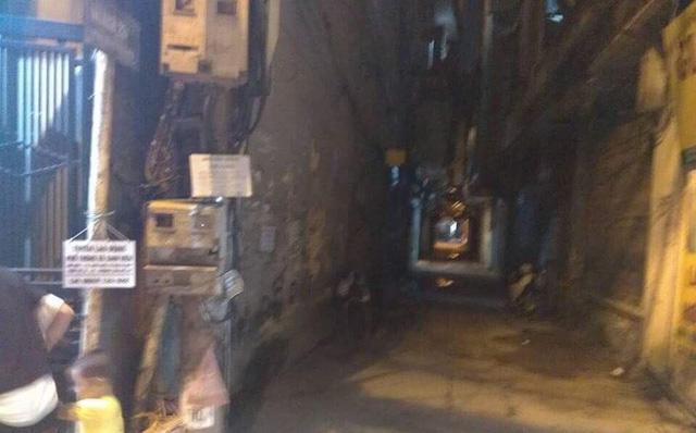 Lối vào khu chung cư, nơi phát hiện thi thể nạn nhân (Ảnh: Hoàng An)