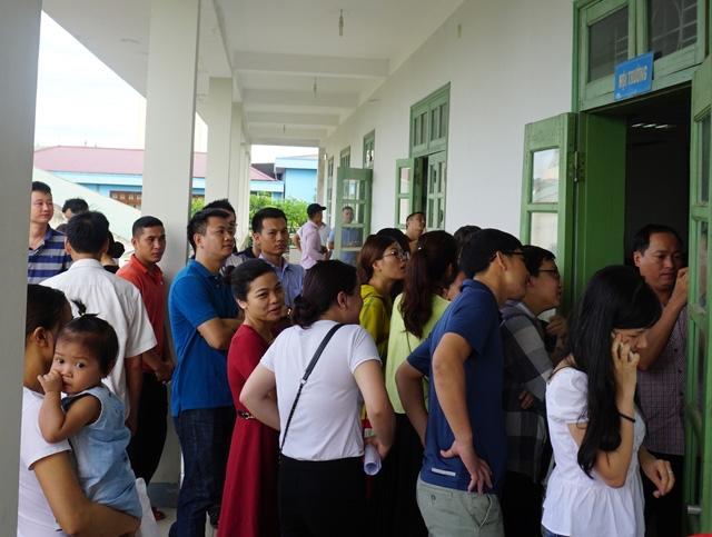 Phụ huynh tham gia bốc thăm giành 1 suất cho con học tại Trường mầm non Hoa Sen (TP Vinh, Nghệ An)