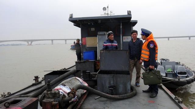 Cánh sát biển bắt tàu chứa 25.000 lít dầu không hóa đơn, chứng từ - Ảnh 1.