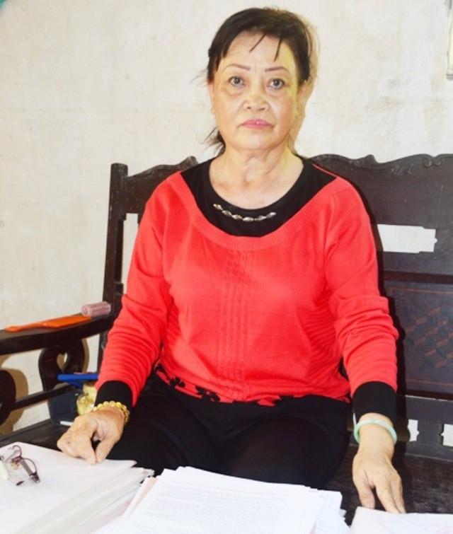 Bà Trương Thị Bông có một thời gian khiếu nại liên quan đến Chi cục Thi hành án dân sự huyện Mỹ Tú.