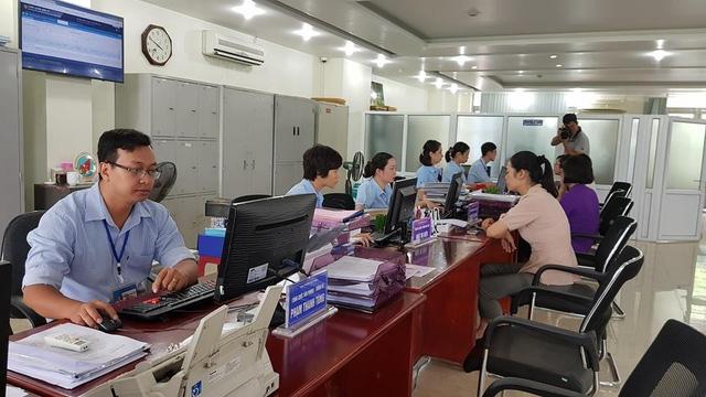 Phục vụ người dân tại phòng một cửa UBND phường Bạch Đằng, TP.Hạ Long