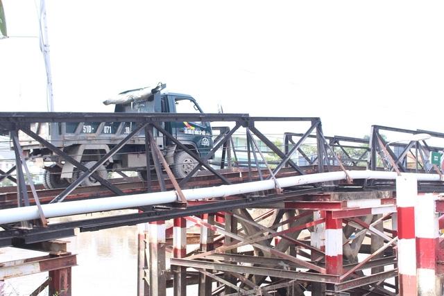 Hiểm nguy rình rập từ những cây cầu sắt xuống cấp ở Nhà Bè - Ảnh 4.