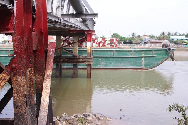 Hiểm nguy rình rập từ những cây cầu sắt xuống cấp ở Nhà Bè - Ảnh 8.