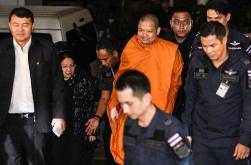 Wiraphon Sukphon bị cảnh sát áp giải sau khi dẫn độ từ Mỹ về Bangkok, Thái Lanhồi năm ngoái. Ảnh: Nation
