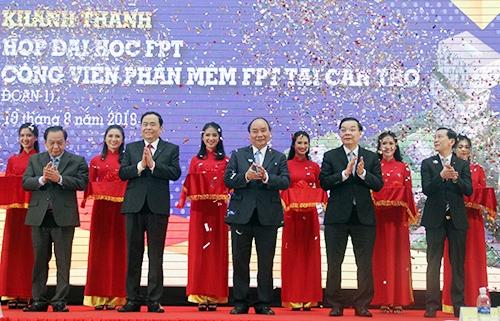 Thủ tướng cắt băng khánh thành giai đoạn 1 Tổ hợp đai học FPT Cần Thơ. Ảnh: Cửu Long.