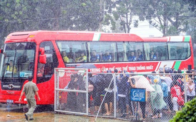 Khán giả đội mưa xem Olympic Việt Nam tập luyện